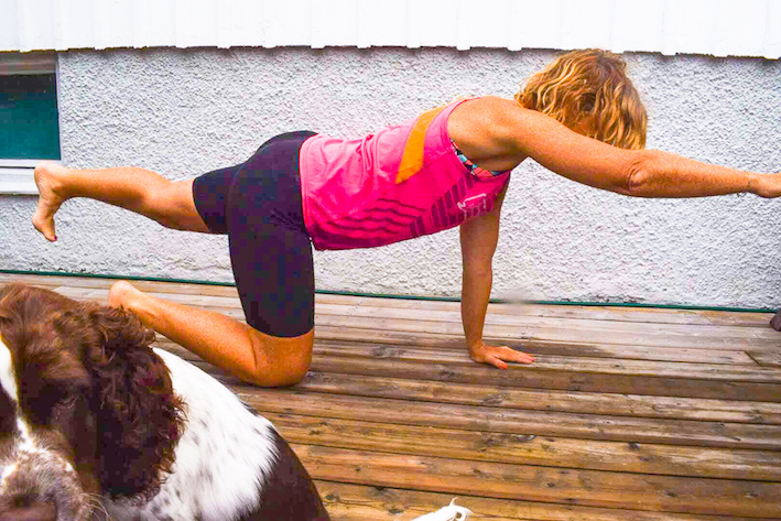 hälsande hunden stärker din core, tips på coreträning, hälsande hunden, balans