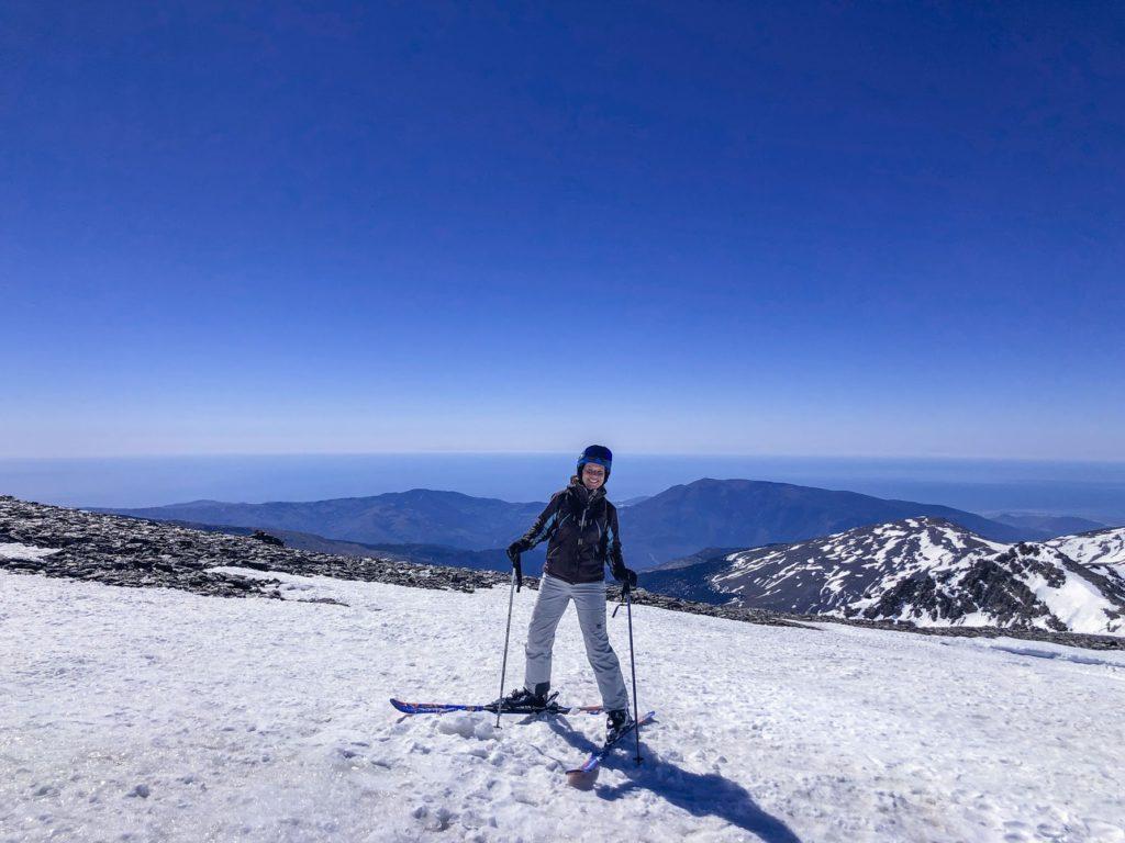Malin Lundskog lever sitt drömliv i Sierra Nevada med utsikt över Medelhavet från skidbacken.