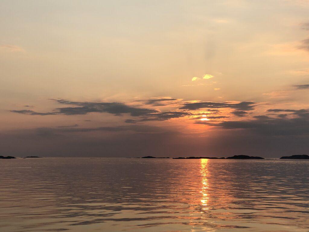 Mitt första kvartal som öbo, solnedgång, Malin på Knippla, havet, västkusten, Bohuslän,