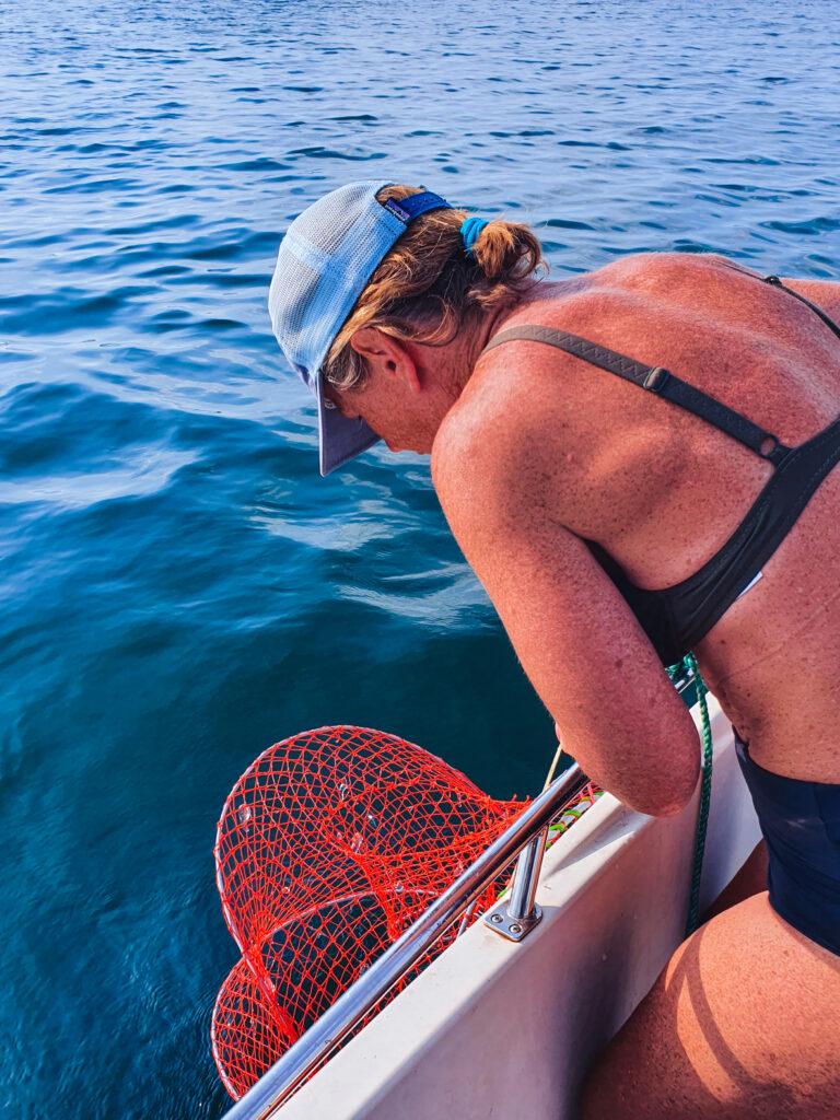 Malin på Knippla fiskar krabbor