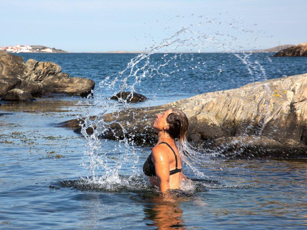 Malin Lundskog skvätter vatten, västkusten, Knippla